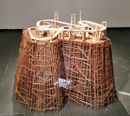 Carlos Garaicoa, Entr´acte (aprés René Clair),, instalación. 105 x 125 x 165 cm, 2014