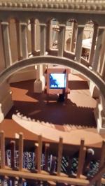Carlos Garaicoa,Entr'acte (après René Clair), (Detalle), 2014 Instalación. Maqueta en madera de balsa, metal y MDF Videoproyección y cuatro reproductores MP4 3,8 x 3,4 cm Fragmentos del filme de René Clair Entr'acte, 1924 y de vídeos de dominio público descargados de Internet 105 x 125 x 165 cm