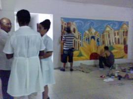 Durante la realización de la pintura mural en el hospital