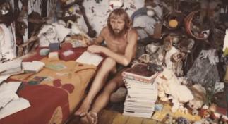 Man dentro de su casa, años 80