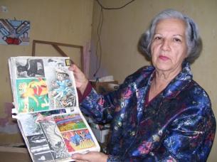 Nivia de Paz con una de sus enciclopedias (Fotografía Yaysis Ojeda Becerra)